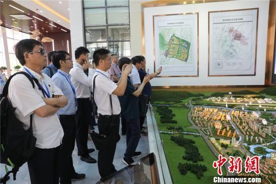与会代表参观金堂通航机场、淮州新城发展规划。 毛成山 摄