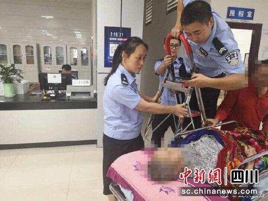 民警为受伤群众上门办证现场。