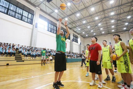 活动现场,篮球高手与青少年交流技艺。 钟欣 摄