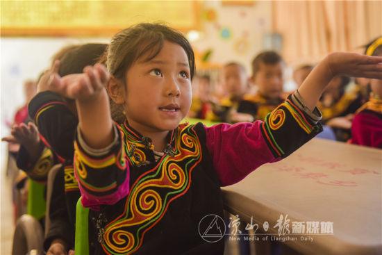孩子在教师丰富的肢体语言表述下学习新的词句。