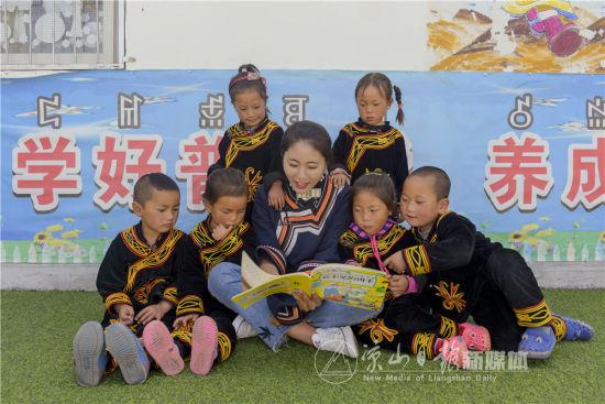 教师罗英正在用普通话给孩子们讲故事。