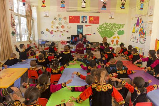 课堂活泼有趣,在游戏和儿歌中学习普通话。