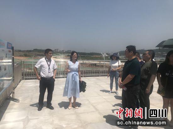 媒体记者参观涪城区在建项目。杨勇 摄