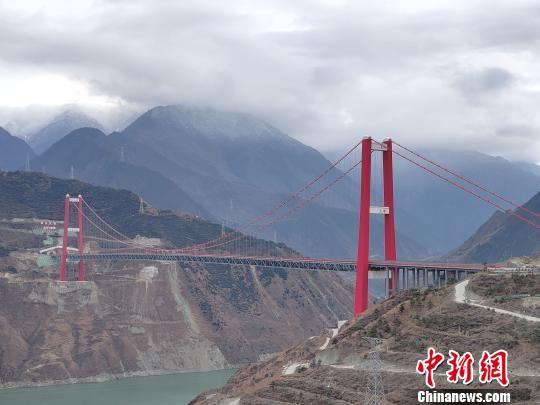 图为横跨大渡河的雅康高速泸定大渡河大桥。(资料图) 王鹏 摄