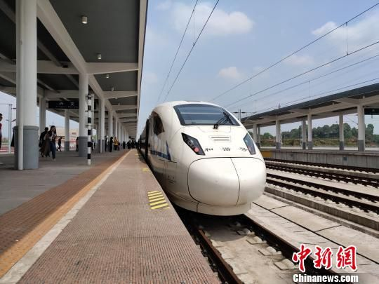 联调联试期间,一列成贵铁路动车组列车停靠站台。(资料图) 王鹏 摄