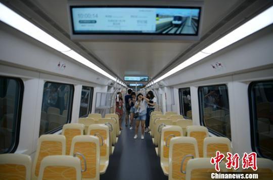 宽大的列车车厢吸引媒体人拍摄。 刘忠俊 摄