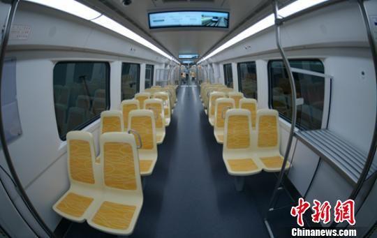 宽大的列车车厢内设有大件行李架。 刘忠俊 摄