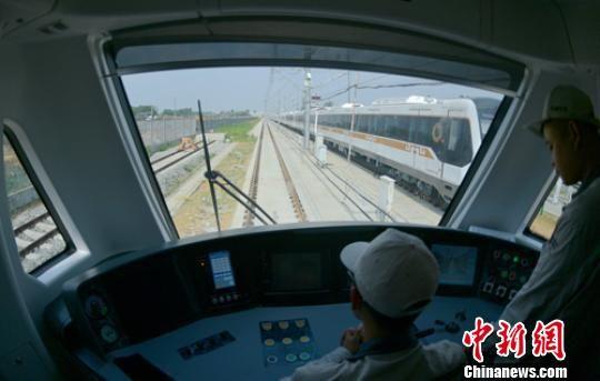 正在进行调试的列车。 刘忠俊 摄