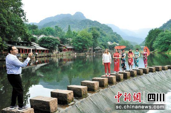 嘉宾们在柳江参观。李代华 摄