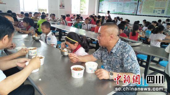 涂山镇干部陪同全校师生共进了午餐。梁杰 摄