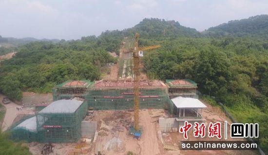 西山门正在修建.(彭山区委宣传部 供图)