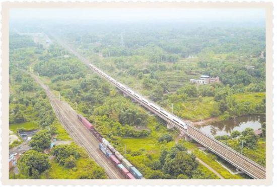 成渝铁路(左)和成渝高速铁路双线并行在一起(6月12日无人机拍摄) 据新华社