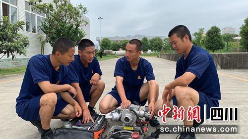 张毅帮助队友巩固水泵分解结合技术。(黄鹏亮摄)