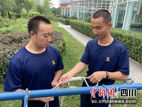 张毅为队友讲解绳结技术。(黄鹏亮摄)