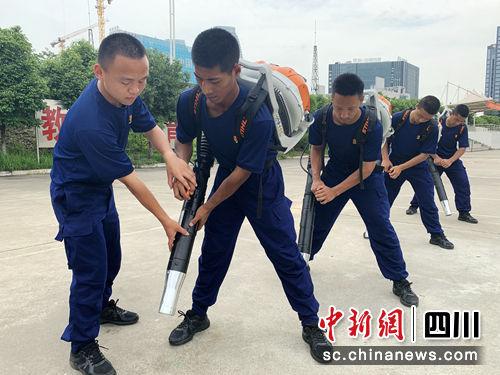 赵恒帮助队友纠正训练动作。(黄鹏亮摄)