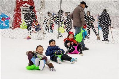 2019年1月31日,游客在西岭雪山景区戏雪 新华社发