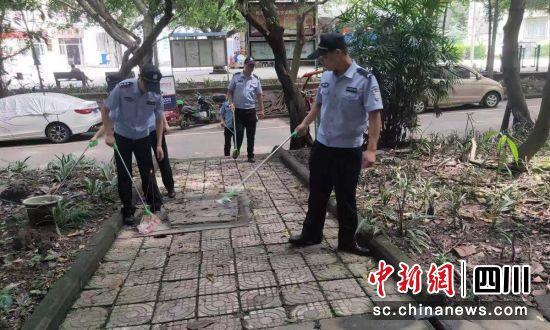 民警打扫社区卫生。(自贡高新警方供图)