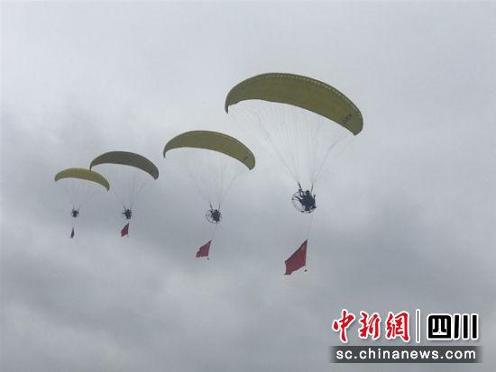 动力伞滑行表演。