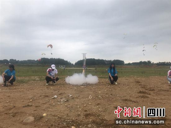 模型火箭发射现场。