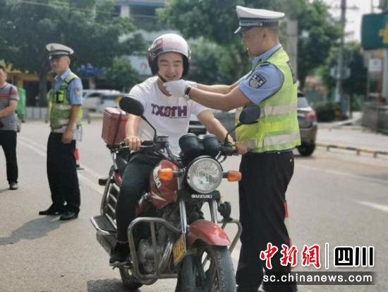 绵阳公安交警给驾驶员送头盔