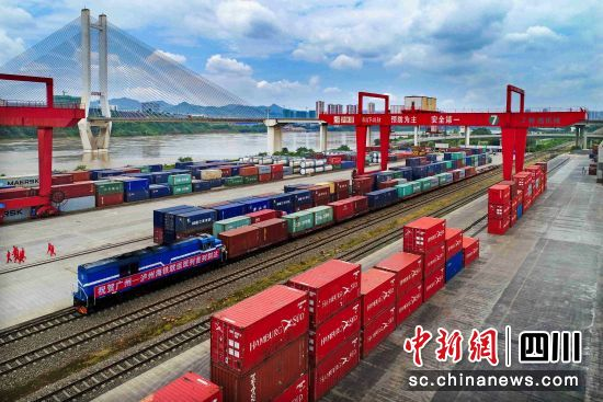 广州-泸州铁海联运班列实现双向开行。钟欣 摄