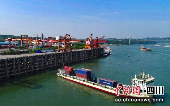繁忙的泸州港。钟欣 摄