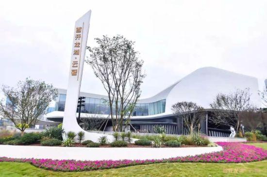 【关于山水风光的古诗词】首开龙湖·云著营销中心,携60—200平米板式大平层亮相天府公园西