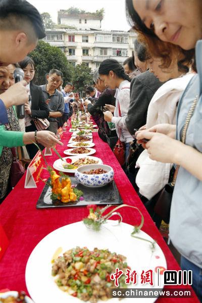 众多参与的市民。黄明鑫 摄