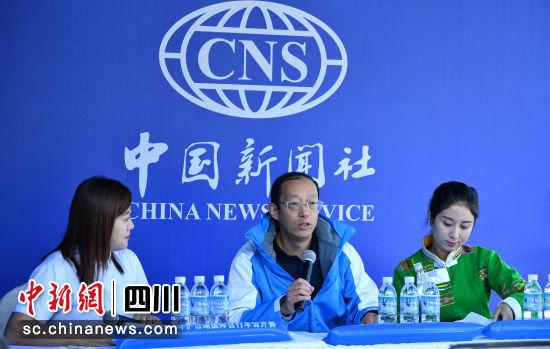 盐源县委副书记张应聪接受专访。刘忠俊 摄