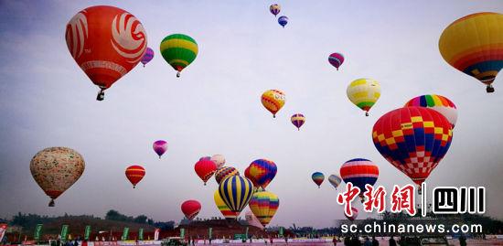 60名热气球飞行员竞赛漫空。王超 摄
