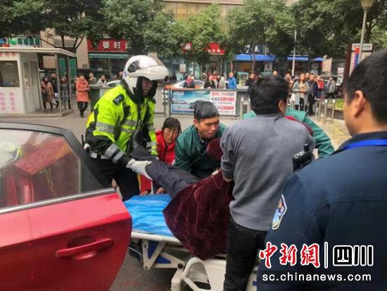 绵阳交警紧密配合 6分钟护送患者及时就医—中国新闻网·四川新闻