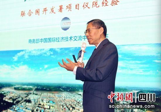 商务部中国国际经济技术交流中心处长白澄宇发言。钟欣摄