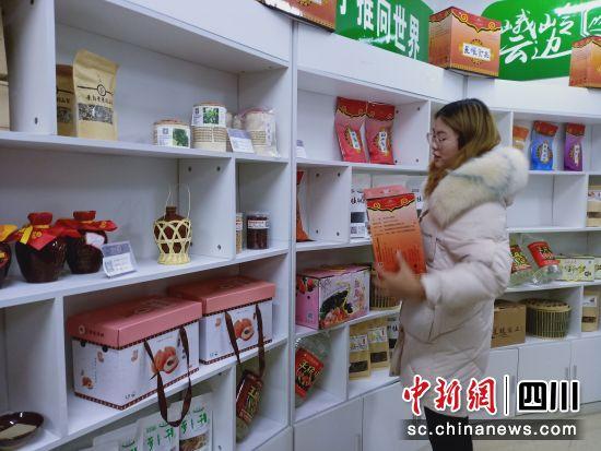 张晓玲正在整理货物。祝欢 摄
