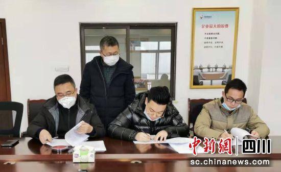 人民银行彭州市支行、彭州市国资金融局、四川银保监局彭州监管组相关人员正在签署承诺书。钟欣 摄