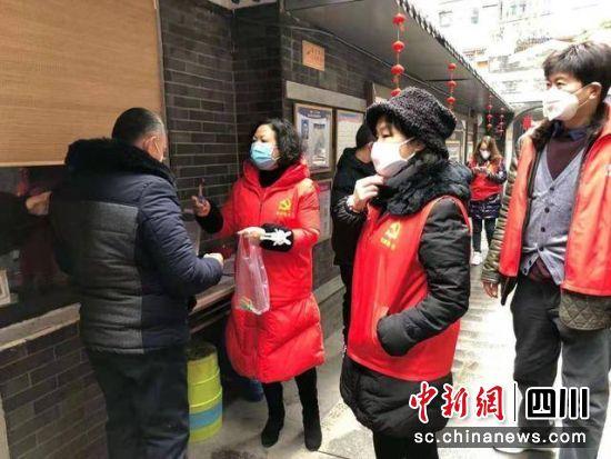 总府路社区书记唐梅带病奋战疫情防控第一线。锦江区融媒体中心 供图