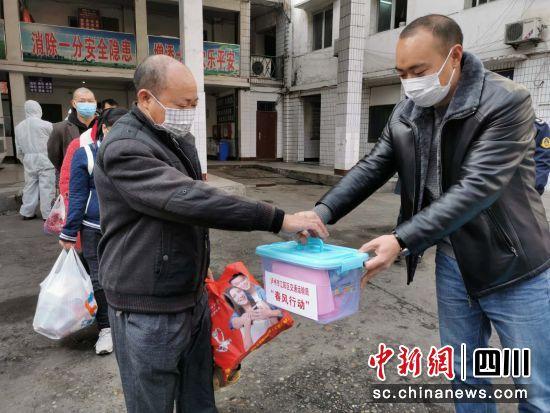 泸州江阳:返岗专车发车 运送农