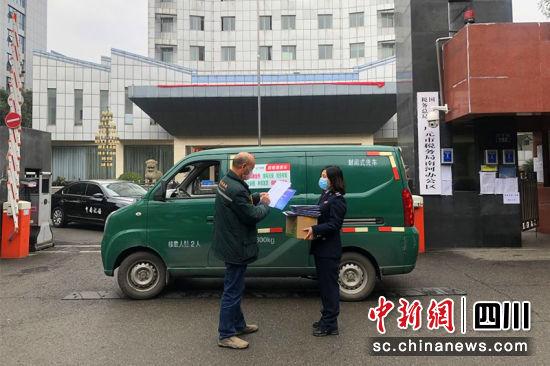 """方便群众的""""邮税直通车""""。广元市文明办 供"""