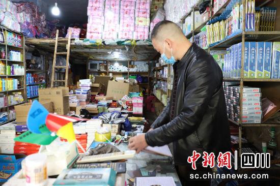 商户王先生在打理商品。申勇 摄