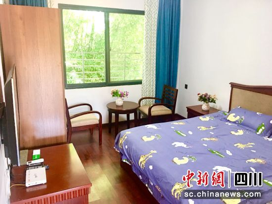 每个房间南北通透,采光通风良好,房内呼叫设施、床上用品和电视、独立空调等一应俱全,整体氛围温馨舒适。
