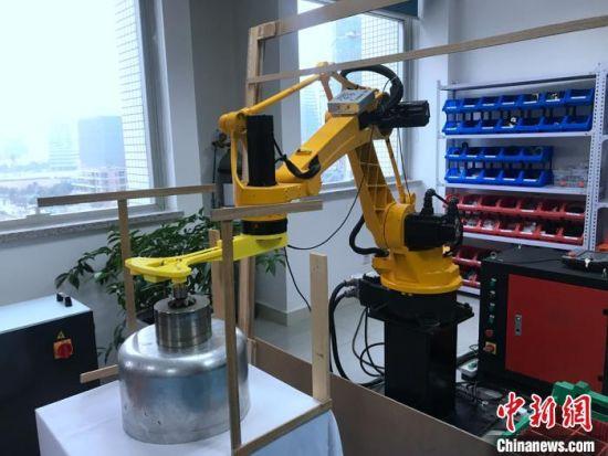 宋彬办公室内的机器人。 廖雪芝 摄