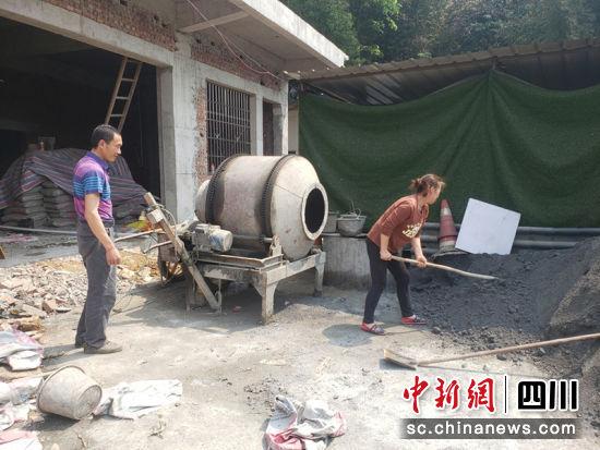 农户加紧建设自己的房屋。宋成均 摄