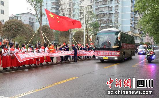 沿街群众冒雨迎接队员回家。徐凯凤 摄