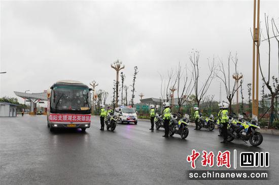 交警向队员乘坐的大巴敬礼并护送回家。徐凯凤 摄