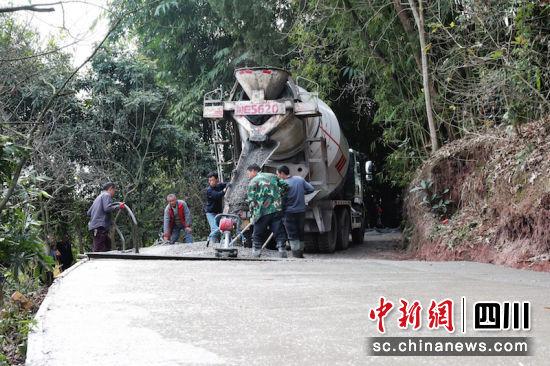 修建水泥路。