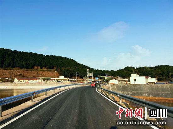 多彩道桩村芍药产业园区门前升级改造后的芦德路。 中江县委宣传部提供