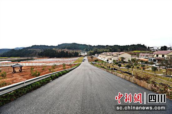 中江县通济镇苕坡村居民聚集点环线道路。 中江县委宣传部提供