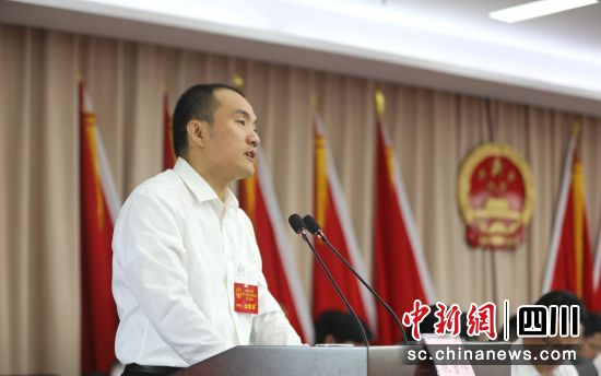 贡井区委副书记、区长张洪涛作报告(贡井融媒 供图)