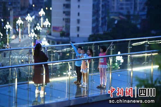 市民在火锅公园玻璃栈道上拍照。郭安平 摄