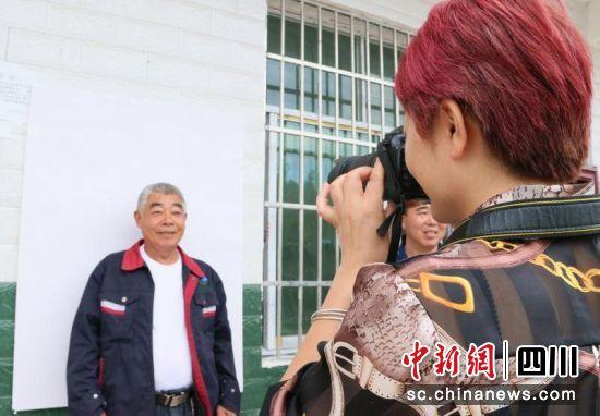 四川西充:免费为村民照相 为爱