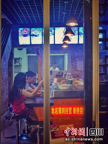 游客在旺苍红军城夜市店品尝当地美食。代蕊 摄